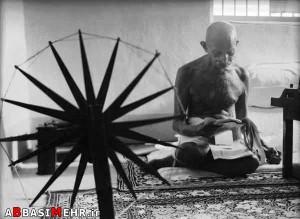 ماهاتما گاندی - رهبر انقلابی هندوستان - در کنار چرخ ریسندگی اش