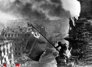 سقوط برلین - پرچم شوروی بر فراز رایشتاک (مقر رهبری آلمان)