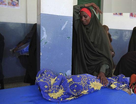 لحظه جان سپردن کودک در برابر مادر - سومالی - عکس ار رویترز