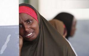 لبخند کمرنگی که تیدیل به اشک شد - لحظه جان سپردن کودک در برابر مادر - سومالی - عکس ار رویترز